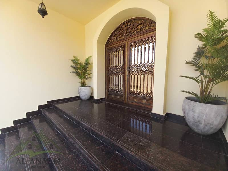 Five Star Vila !! 6 Bedroom with  4 extra rooms on top floor with bathrooms and a Driver room with 6 parking