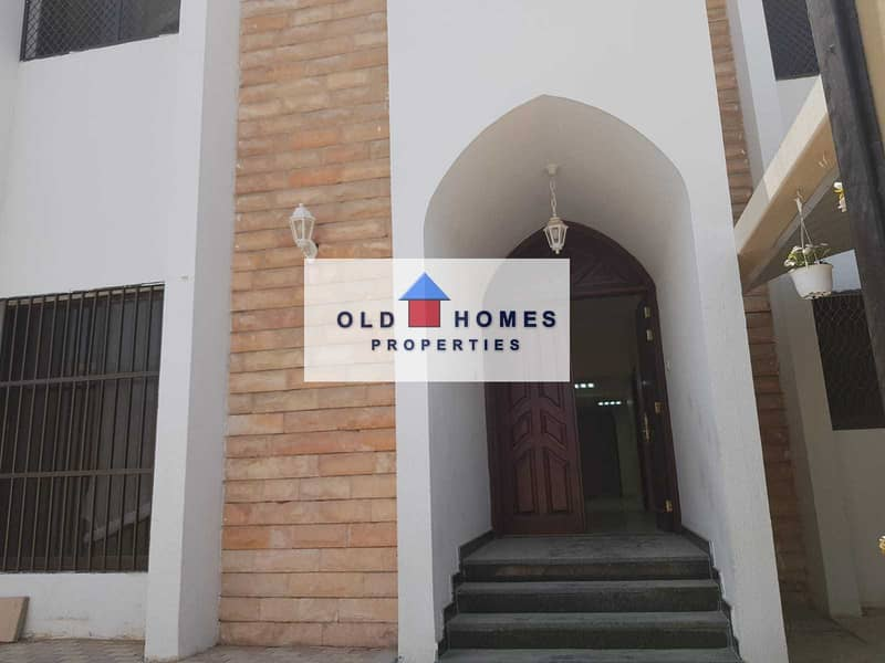 For rent in Karama area 5 rooms on the main street