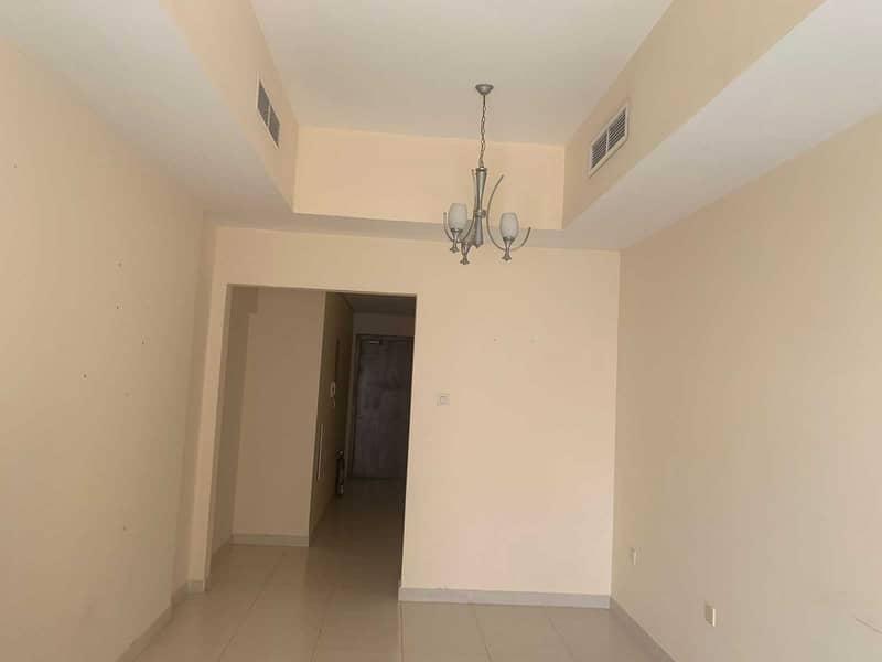شقة في برج الزنبق مدينة الإمارات 1 غرف 17000 درهم - 5383394