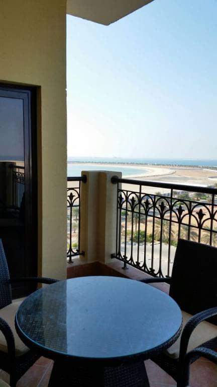 شقه فندقيه عرفه و صاله مع المنافع و برندا و مطل خلاب في فندق جزيرة مرجان براس الخيمه للايجار.