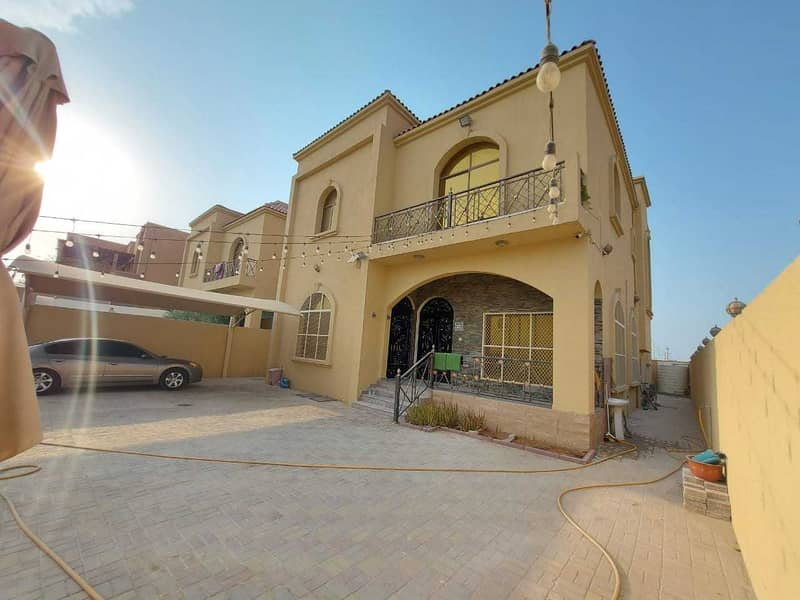 Villa for rent in the corner of two streets, residential and commercial, with air conditioners, next to all services