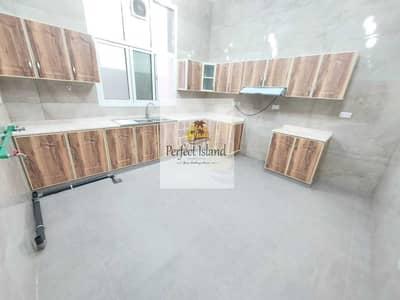 فلیٹ 4 غرف نوم للايجار في جنوب الشامخة، أبوظبي - شقة تصميم رفيع 4 غرف | طابق أرضي | مساحات واسعة