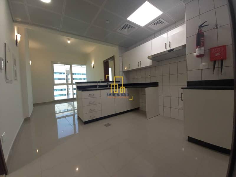 شقة في منطقة الكورنيش 1 غرف 49999 درهم - 5402345