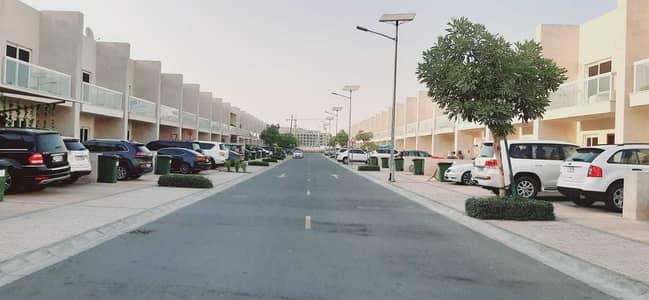 فیلا 3 غرف نوم للبيع في المدينة العالمية، دبي - صف واحد خادع | النوع أ المواجه لسوق | 3 نوم غرفة خادمة | فيلا ورسان