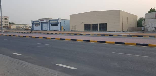 Showroom for Rent in Ajman Industrial, Ajman - NEW SHOWROOM / DISCOUNT CENTER / GARAGE ANY PURPOSE USED PRIME LOCATION ON MAIN ROAD WITH PARKING///