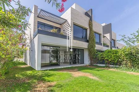 3 Bedroom Villa for Rent in Jumeirah, Dubai - Contemporary Corner Unit | Skyline Views