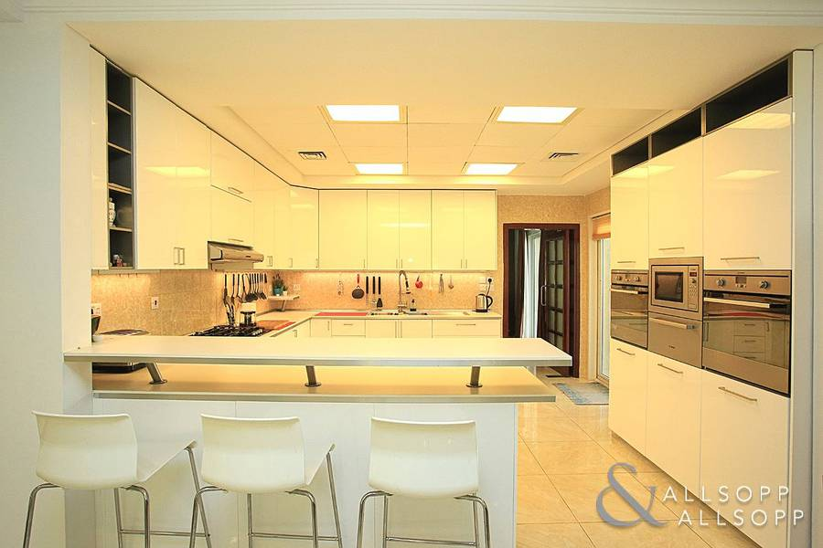 2 Upgraded Kitchen | Close to the Pool and Park