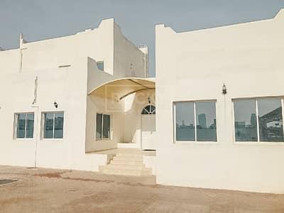 فیلا 5 غرفة نوم للايجار في أم الشيف، دبي - Fully Renovated! 5-Bed Villa in Umm Al Sheif