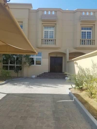 فیلا  للايجار في مدينة خليفة A، أبوظبي - للايجار فيلا ٥  غرف ماستر مع خزائن في الحائط  ملحق خارجي   غرفة سائق    حديقة في الخلف   جراج مظلل
