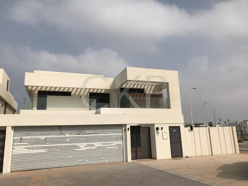 Spacious 5 bedroom corner villa in a good location
