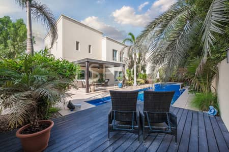 3 Bedroom Villa for Sale in The Meadows, Dubai - Upgraded kitchen with an Amazing Garden