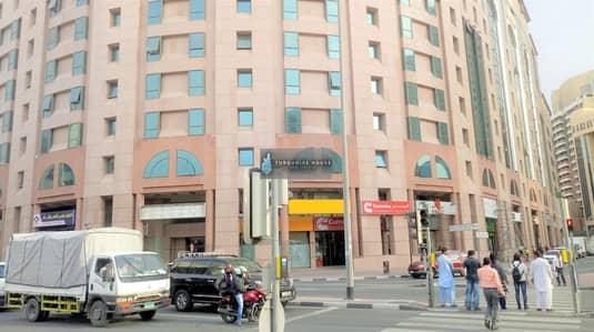 محل تجاري  للايجار في ديرة، دبي - showroom for rent in al rigga in front of bannyas metro station
