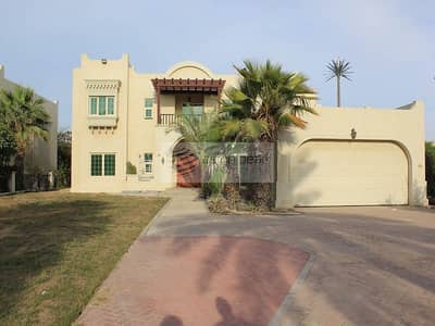 5 Bedroom Villa for Rent in Jumeirah Islands, Dubai - Lush green newly painted 5 bed lake view
