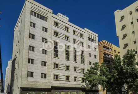 محل تجاري  للايجار في القليعة، الشارقة - محل ممتاز جديد في بناية بمنطقة القليعة - الشارقة , بدون عمولة, بالاضافة إلى شهر مجاناً , ابتداء من 15000 درهم prand new