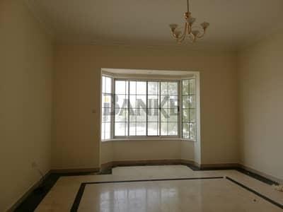 فیلا 5 غرفة نوم للايجار في الصفا، دبي - Front garden and pool extending warm welcome