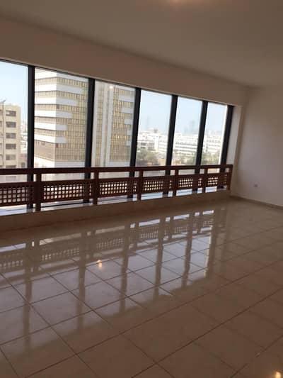 شقة 3 غرفة نوم للايجار في شارع المطار، أبوظبي - شقه للايجار 3 غرفه مع 3 حمام وغرفه خدامه شارع المطار