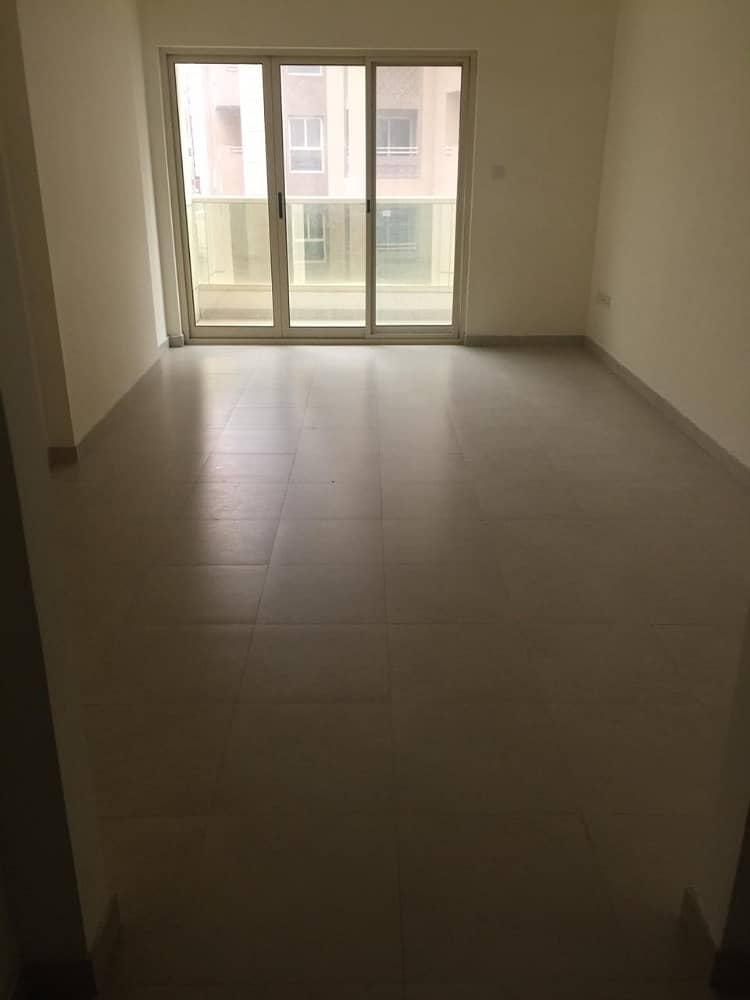 شقة غرفة وصالة للايجار في موقع متميز بالبرشاء الاولي قريبة من اللولو هايبر ماركيت و  خلف مول الامارا