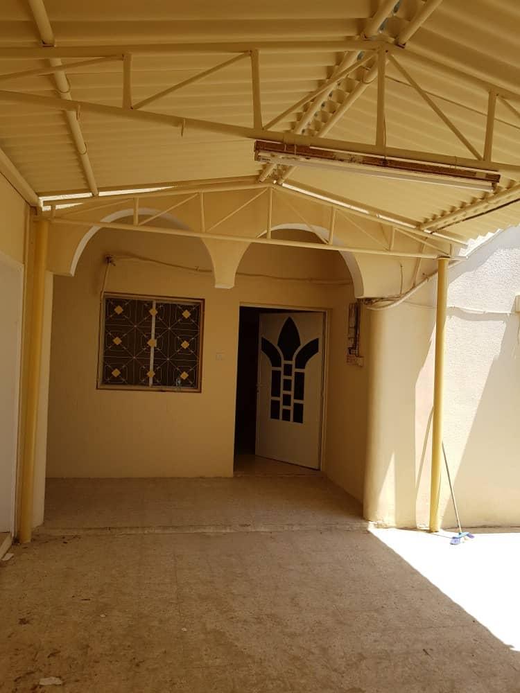 للإيجار بيت عربي ثلاث غرف نوم وصاله ومجلس ومطبخ وثلاث حمامات