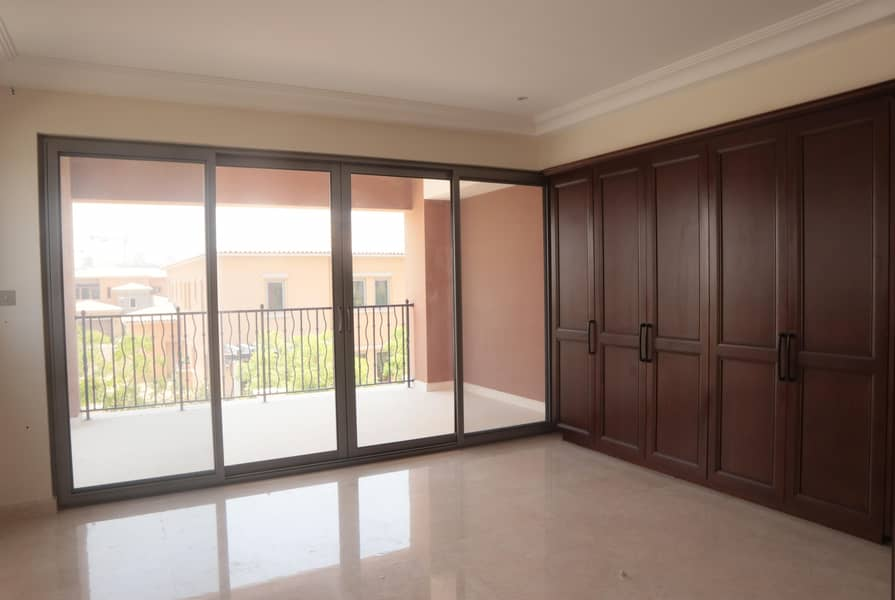 2 4BR Villa-Renovated Living Room: Book Now