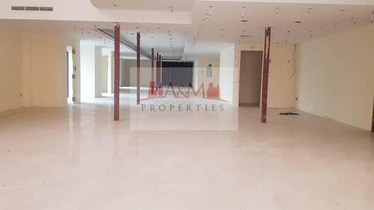 معرض تجاري  للايجار في الخالدية، أبوظبي - Ready to occupay Huge Showroom with Pantries for Commercial use