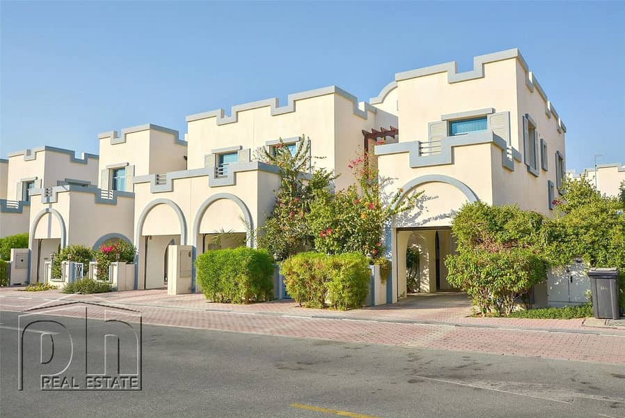 10 Impeccable Semi townhouse with private pool