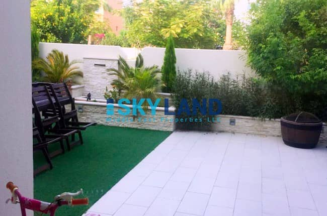 10 Upgraded w/ Landscaped Garden + Closed Kitchen - Single Row