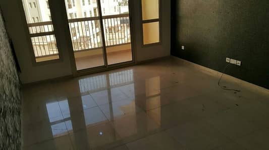 1 Bedroom Apartment for Sale in Baniyas, Abu Dhabi - Nice and big 1br in bawabet al sharq mall baniyas for sale, master bedroom with attached bathroom with bath tub, balcony, central ac,