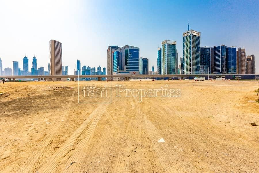 Walking to Dubai Mall