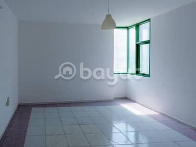 شقة 2 غرفة نوم للايجار في كورنيش البحيرة، الشارقة - عرض ممتاز غرفتين وصاله في برج كورنيش عبد العزيز الماجد الشارقة ، شقق واسعة ، صيانة مجانية وبدون عمولة.
