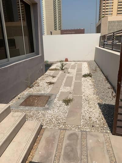 فیلا 5 غرفة نوم للبيع في قرية جميرا الدائرية، دبي - External space yard with parking for the car