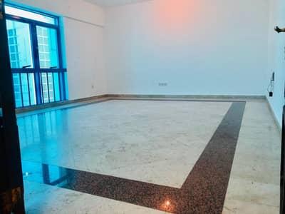 شقة في شارع المطار 3 غرف 80000 درهم - 4342358