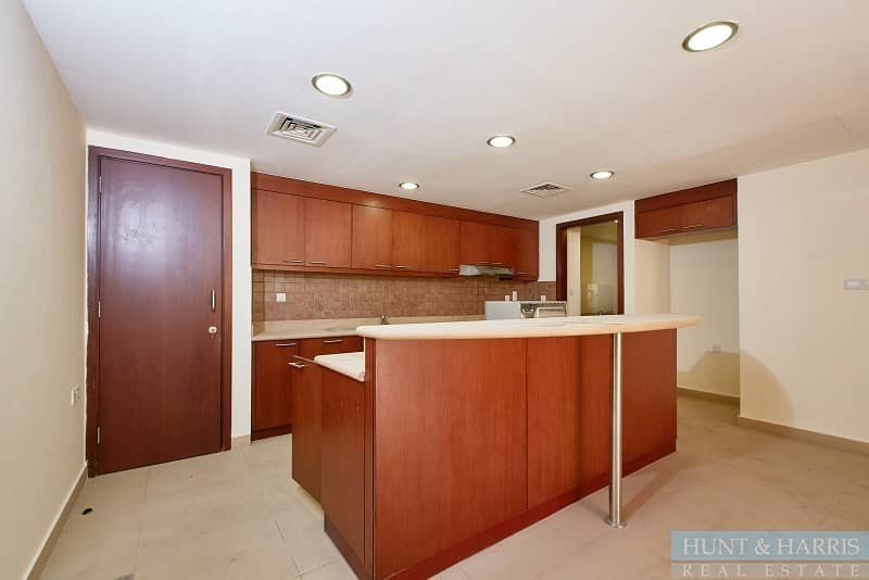 2 Lovely Open Kitchen - Spacious 3 Bedroom Townhouse