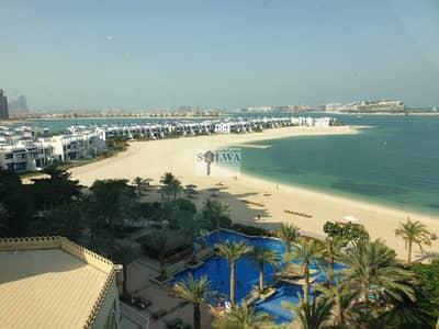 شقة 1 غرفة نوم للايجار في نخلة جميرا، دبي - Waterfront development hugs the shores and is caressed by the lapping sea