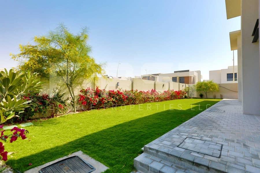 2 Experience Modern Lifestyle in a Prestigious Corner Villa