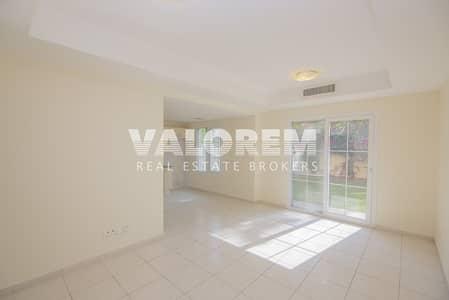 فیلا 2 غرفة نوم للايجار في الينابيع، دبي - Open kitchen Near Park 2bed+Study 4M Good condition