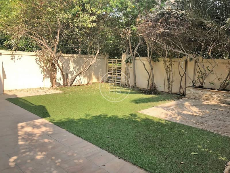 2 A Townhouse with an Immaculate astroturfed garden