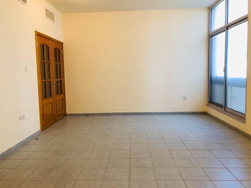 شقة في شارع الدفاع 3 غرف 75000 درهم - 4124142