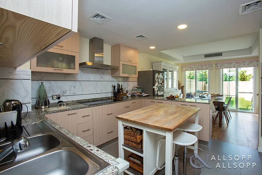 10 1E | Upgraded | 3 Bed | Near Pool and Park
