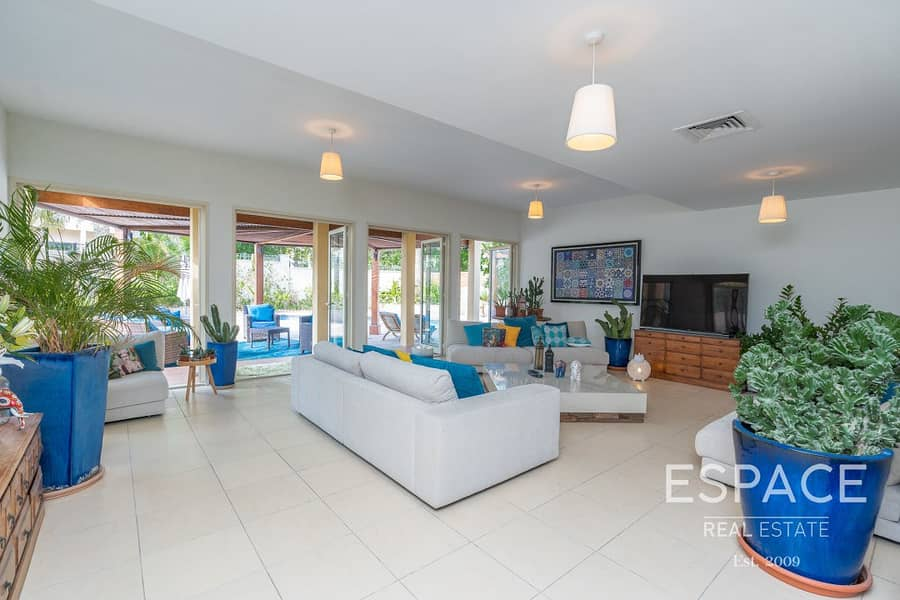 2 Large Garden - Private Pool - Immaculate