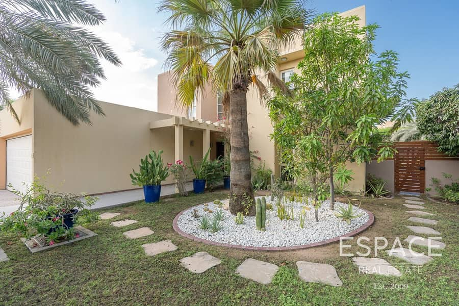 12 Large Garden - Private Pool - Immaculate