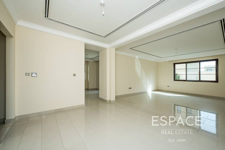 Spacious and Immaculate 4 Bedrooms Villa on Corner Plot in Casa