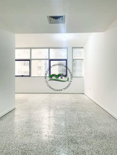 شقة 1 غرفة نوم للايجار في شارع حمدان، أبوظبي - Impressive 1BR with two Balconies in Hamdan Street!