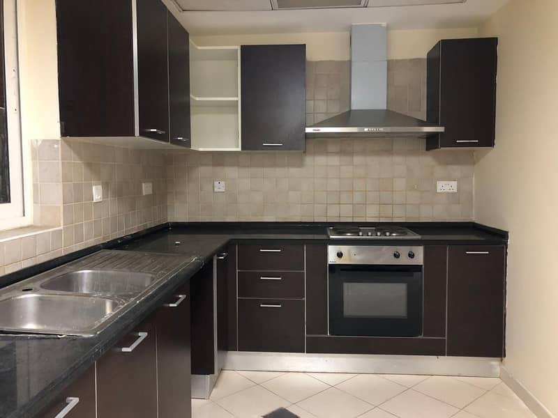 شقة في شارع المطار 3 غرف 80000 درهم - 4485993