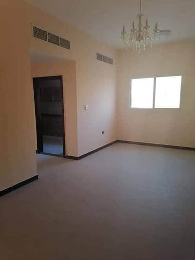 شقة 2 غرفة نوم للايجار في الجرف، عجمان - شقة غرفتين وصالة مع بلكون وخزانات بالحوائط اول ساكن