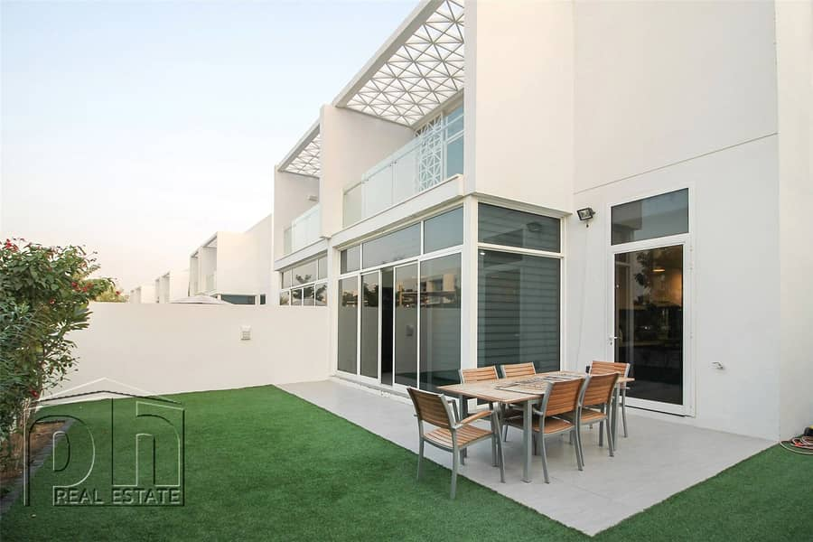 Ideal Family Home - Backing Park - Open Living