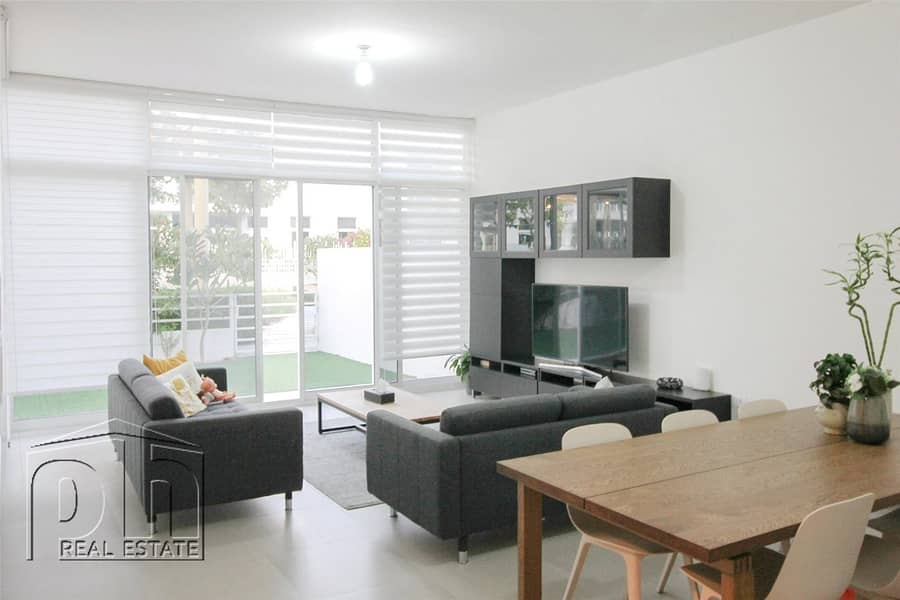 2 Ideal Family Home - Backing Park - Open Living