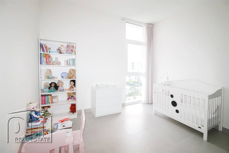 10 Ideal Family Home - Backing Park - Open Living