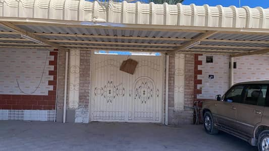 فیلا 8 غرف نوم للبيع في الغافیة، الشارقة - فيلا نظيفة علي زاوية  مقسومه علي بيتين مع بقالة