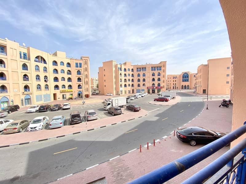 شقة في الحي الفارسي المدينة العالمية 1 غرف 30000 درهم - 4517053
