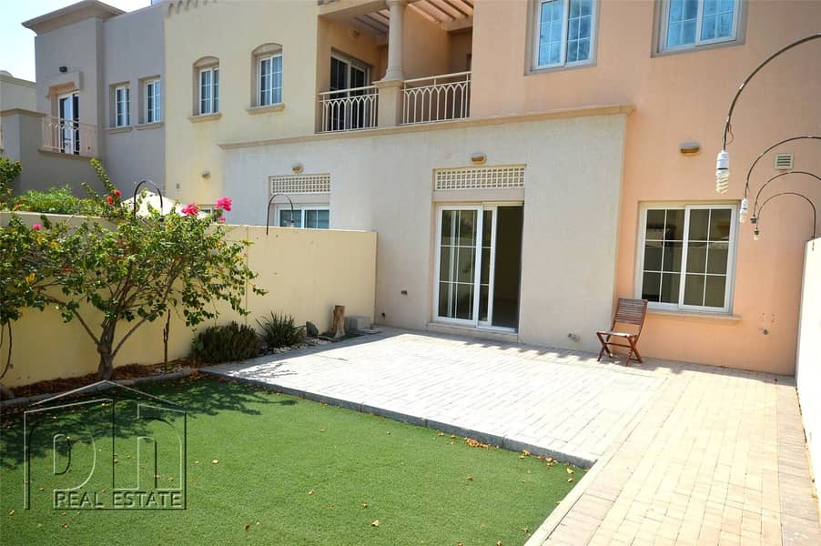 1 Back to Back - Artificial Grass - Close to Park and Pool